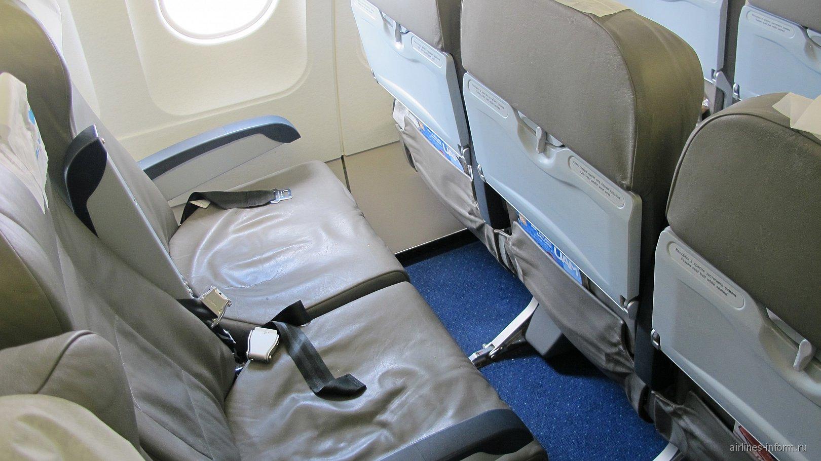 Кресла экономического класса в самолете Airbus A320 Уральских авиалиний