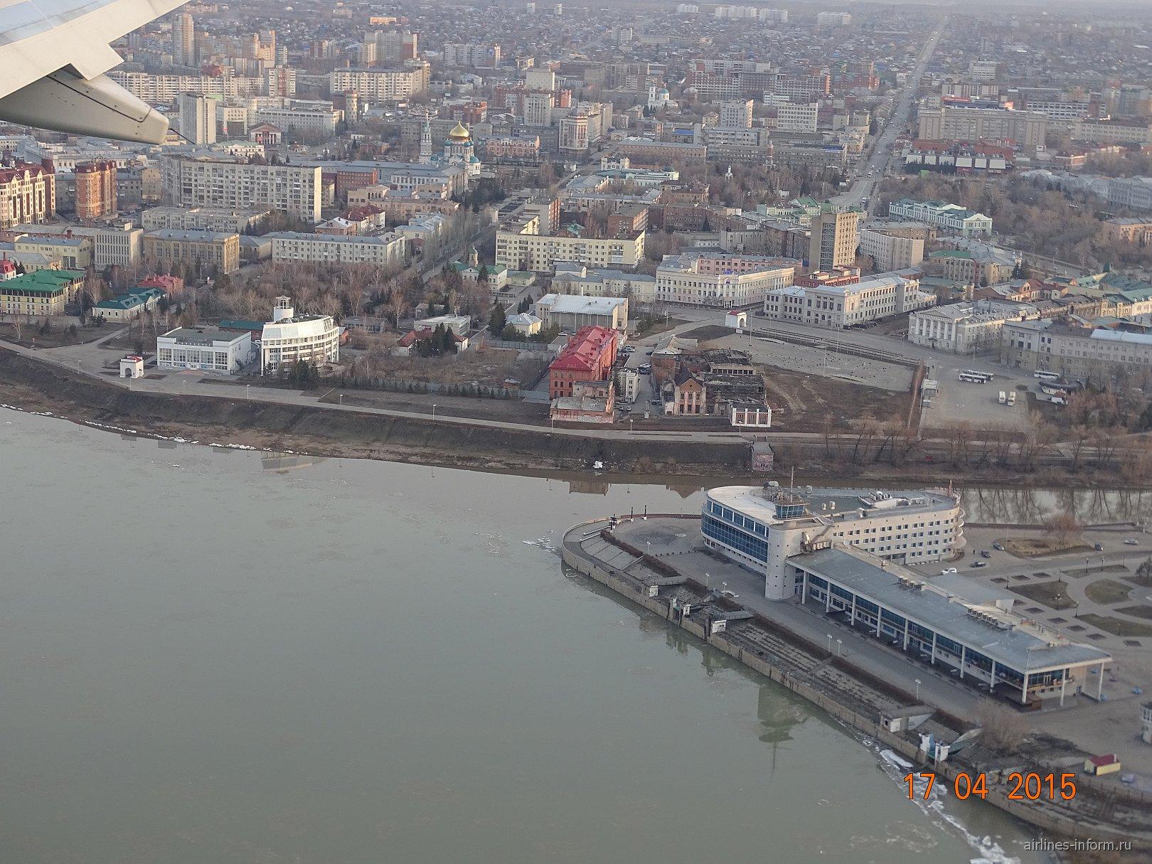 Омский речной вокзал в устье реки Омь и Иртыш