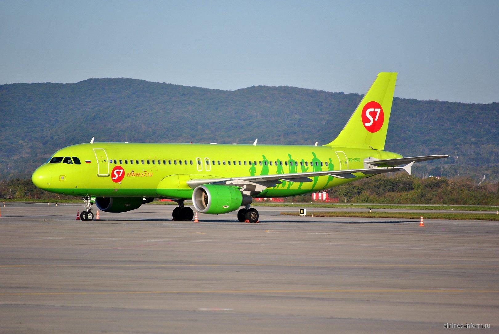 Самолет Airbus A320 авиакомпании S7 Airlines в аэропорту Владивостока