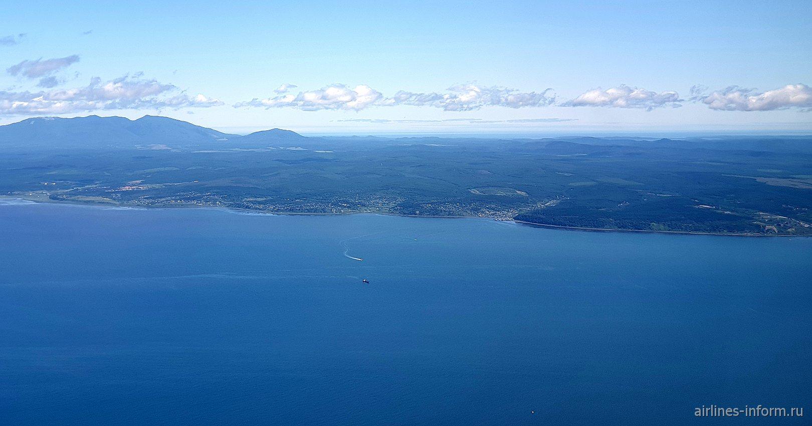 Вид из иллюминатора на побережье остров Сахалин