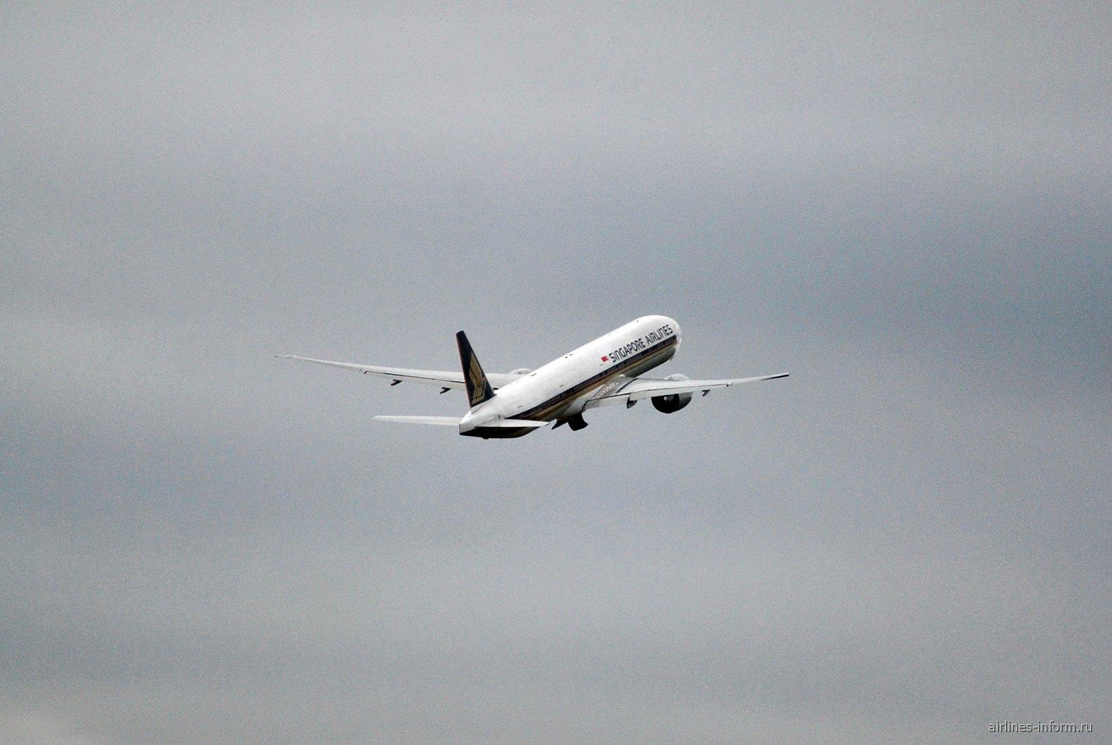Взлет Боинга-777-300 Сингапурских авиалиний