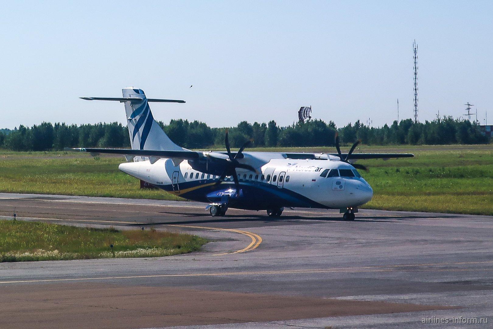 Самолет ATR 42-500 авиакомпании NordStar в аэропорту Томска
