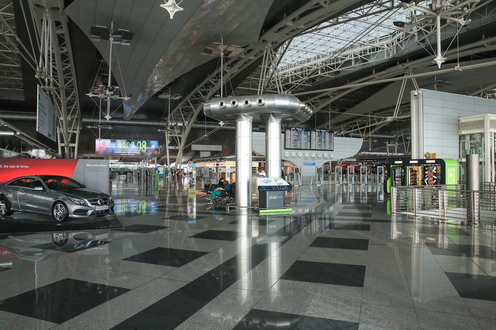 На втором этаже пассажирского терминала аэропорта Порту