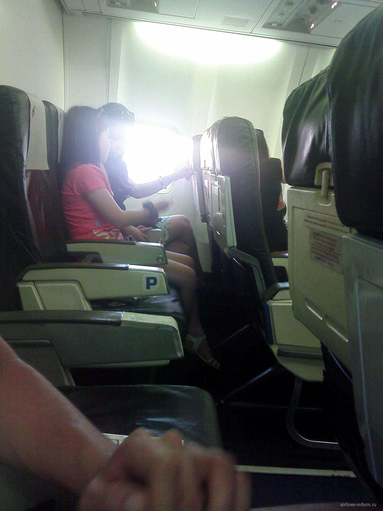 Салон самолета Боинг-737-300 авиакомпании Air Kyrgyzstan