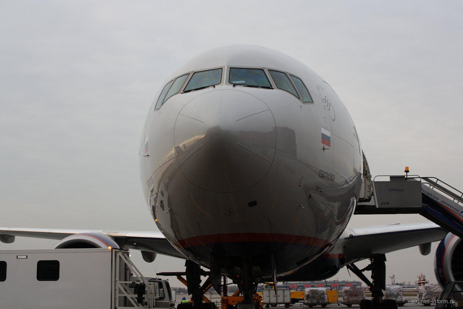 Самолет Боинг-777-300 Аэрофлота в аэропорту Шереметьево