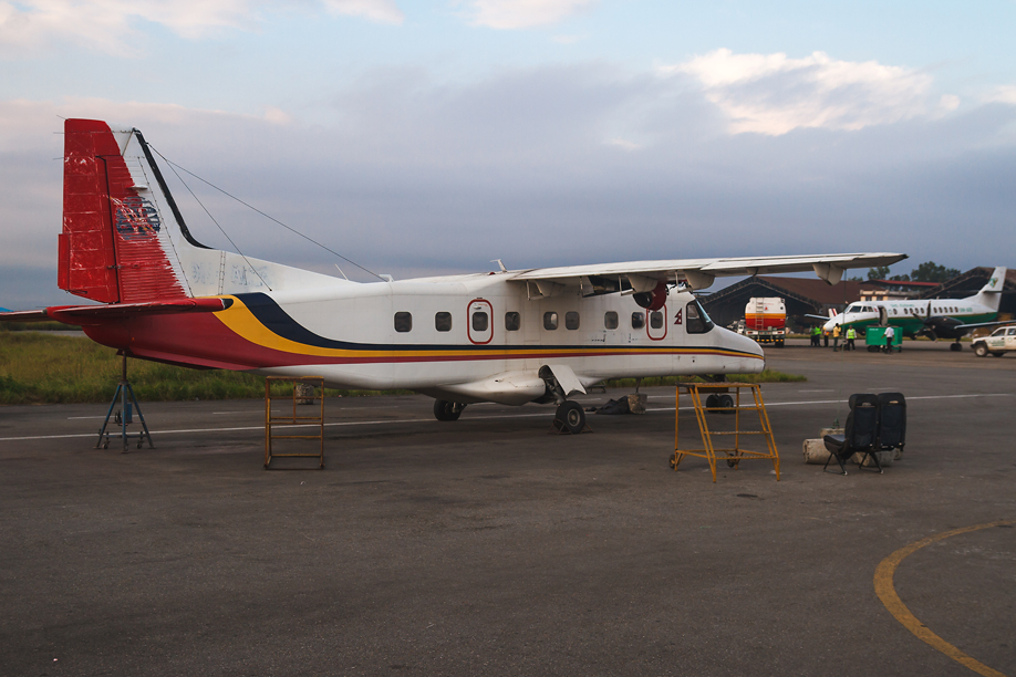Самолет Dornier 228 в аэропорту Катманду