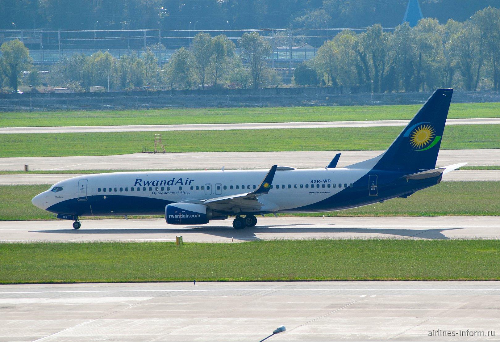 Боинг-737-800 9XR-WR авиакомпании RwandAir в аэропорту Сочи