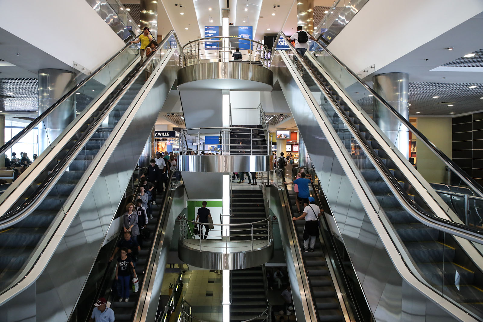 Лестница и эскалаторы в чистой зоне внутренних рейсов аэропорта Домодедово