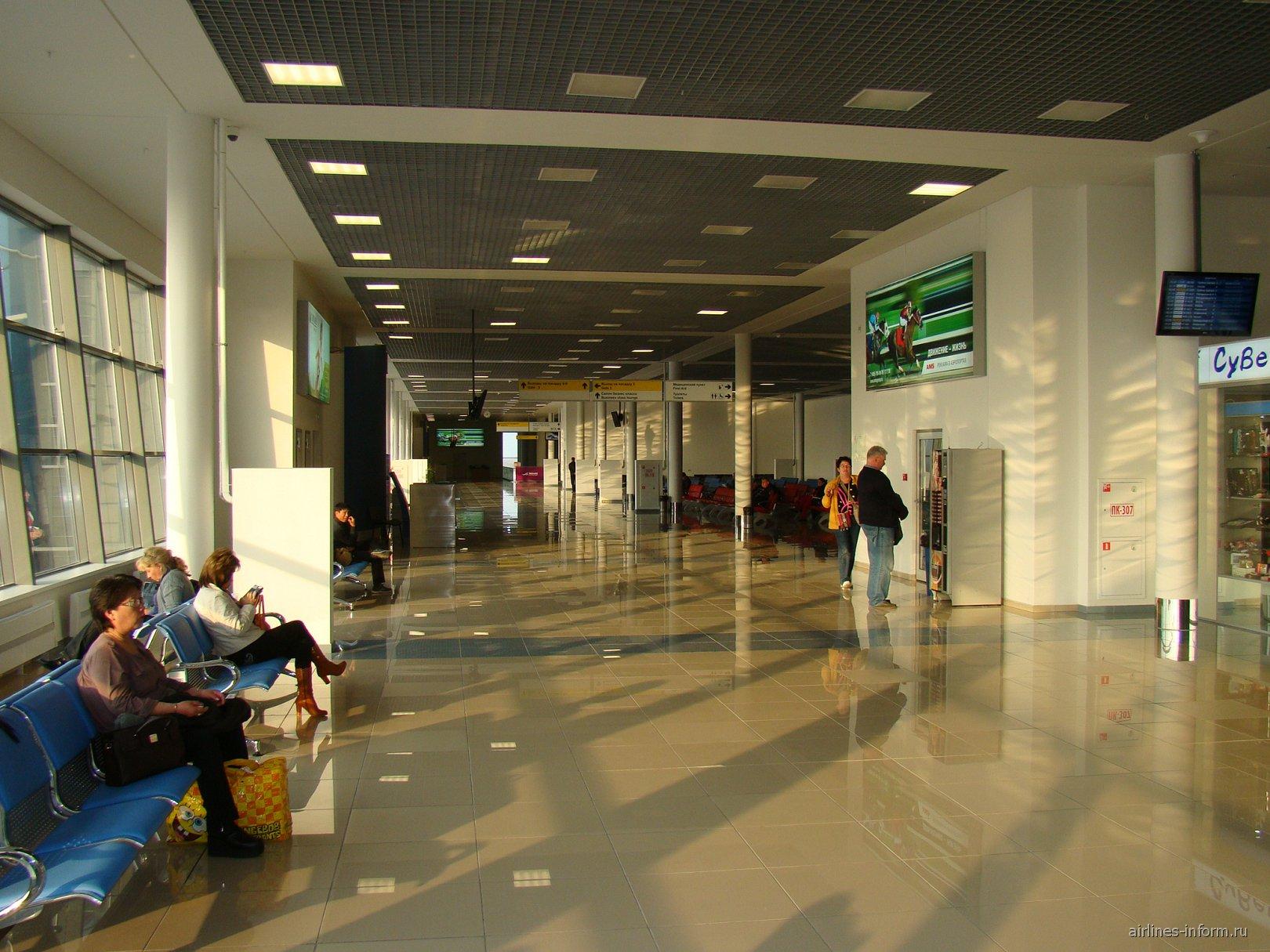 В чистой зоне внутренних рейсов аэропорта Владивосток