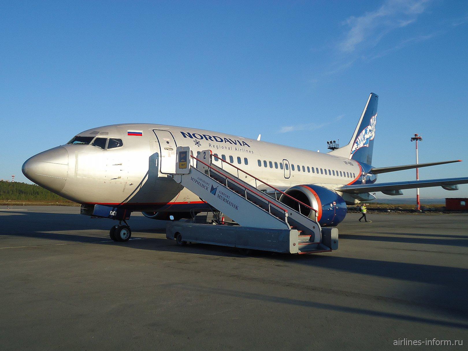 """Боинг-737-500 авиакомпании """"Нордавиа"""" в аэропорту Мурманск"""