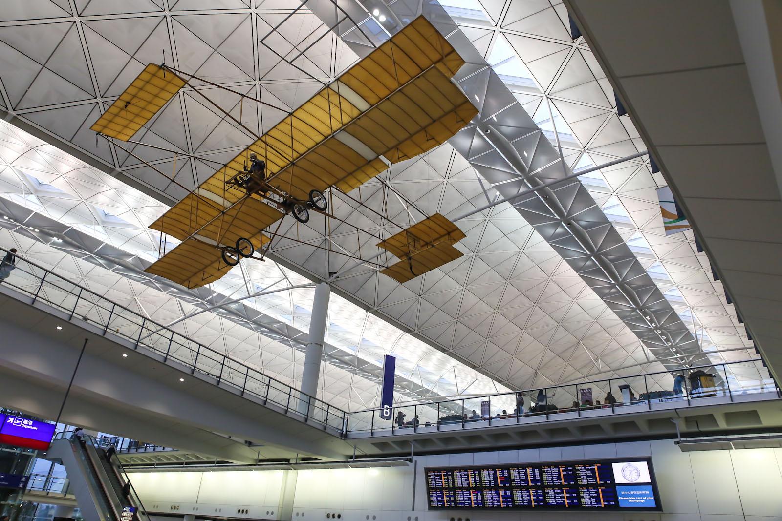 Реплика самолета Farman IV в терминале 1 аэропорта Гонконг