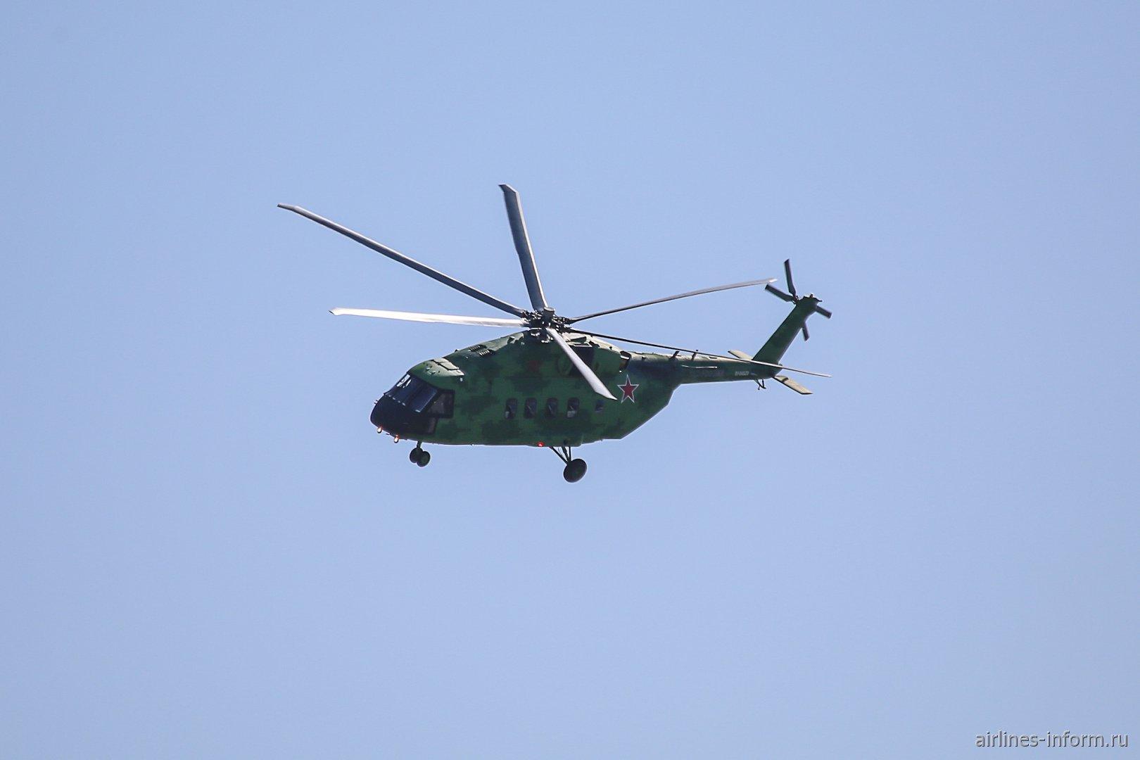 Вертолет Ми-38 в небе на авиасалоне МАКС-2019