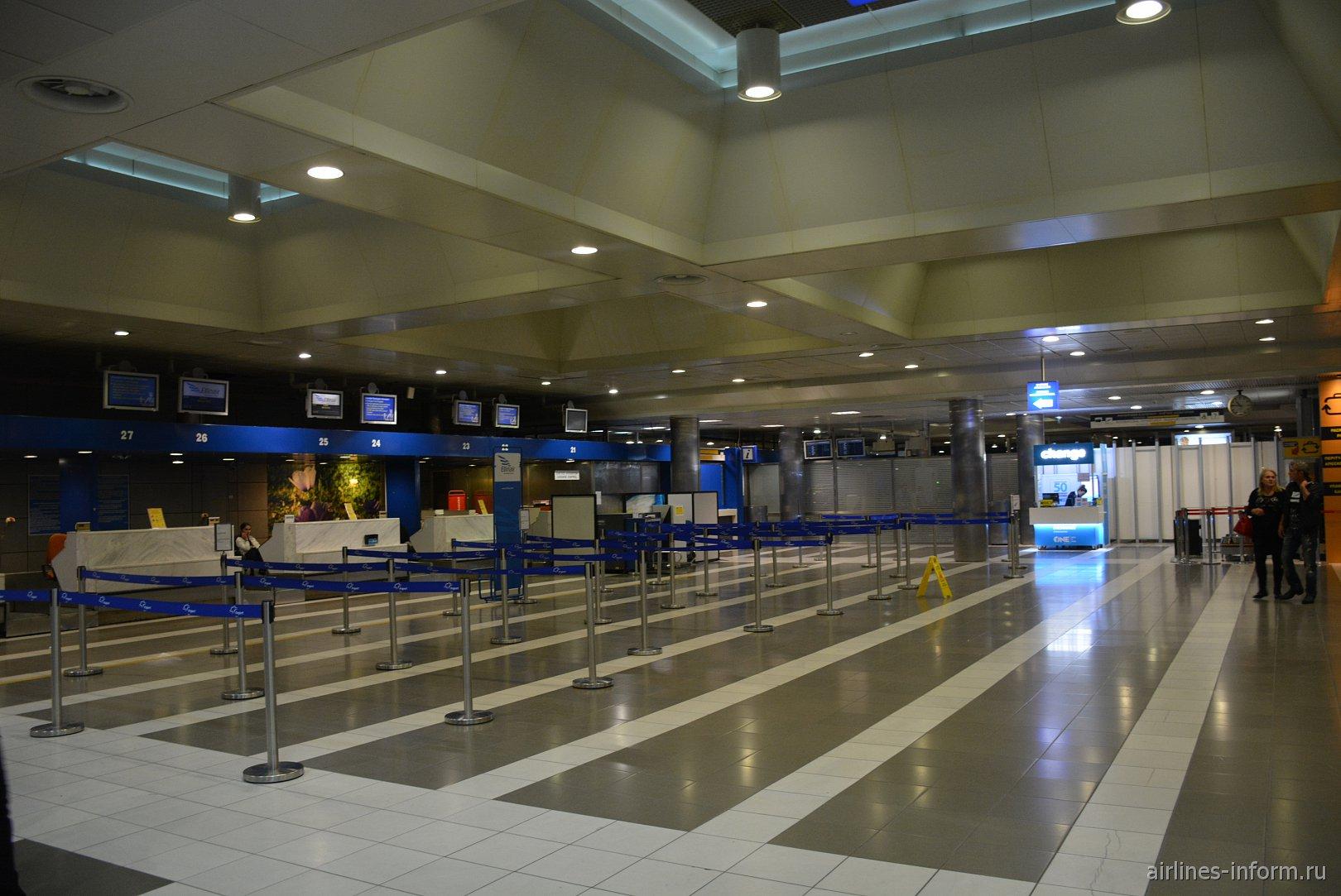 Стойки регистрации на рейсы авиакомпании Ellinair в аэропорту Салоники Македония
