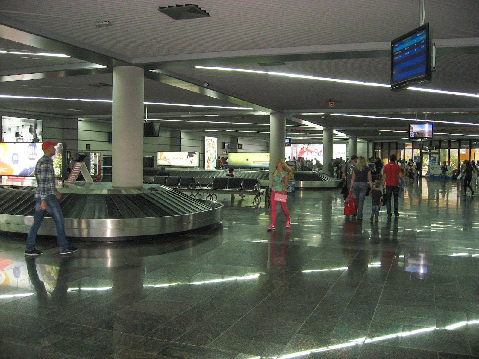 Зал получения багажа в аэропорту Сочи