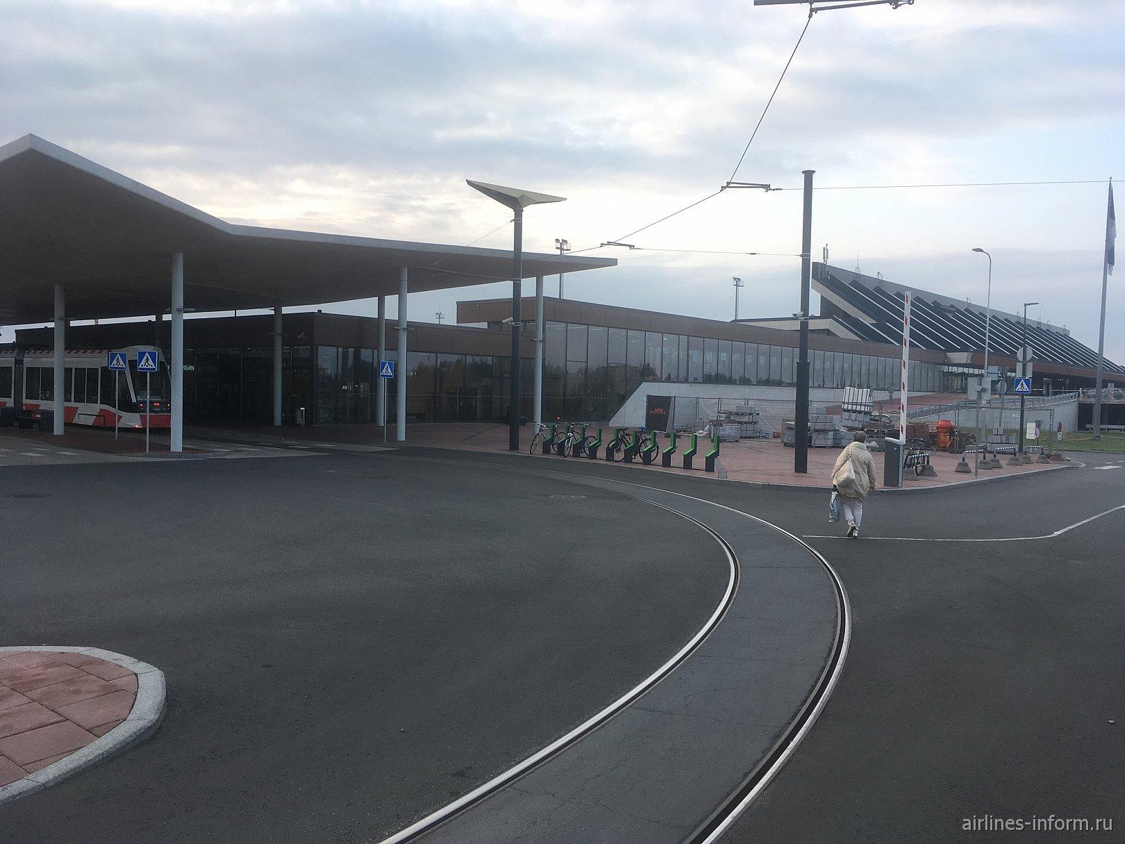 Трамвайная остановка с торца пассажирского терминала аэропорта Таллин