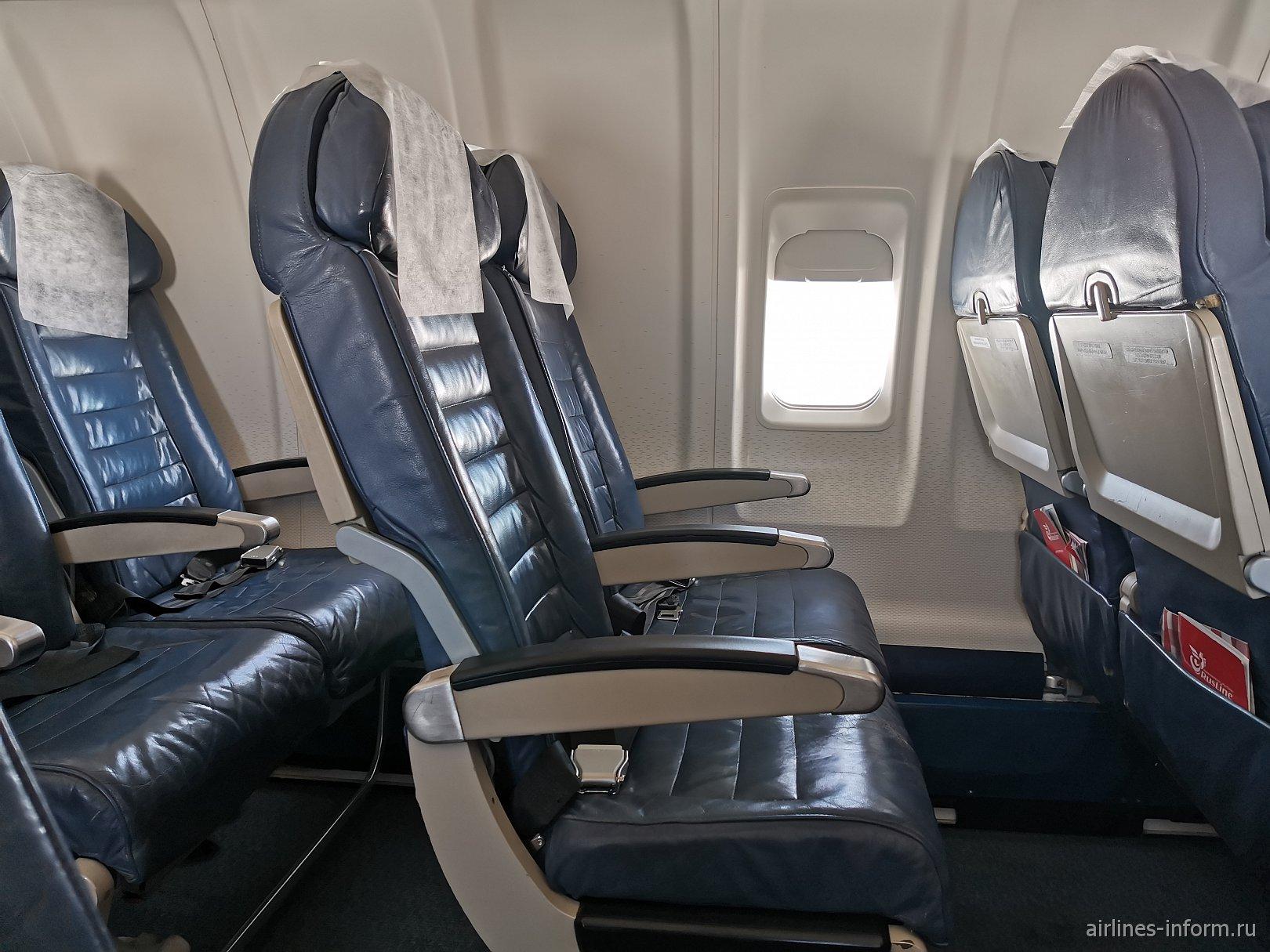 Пассажирские кресла в самолете Bombardier CRJ200 авиакомпании Руслайн