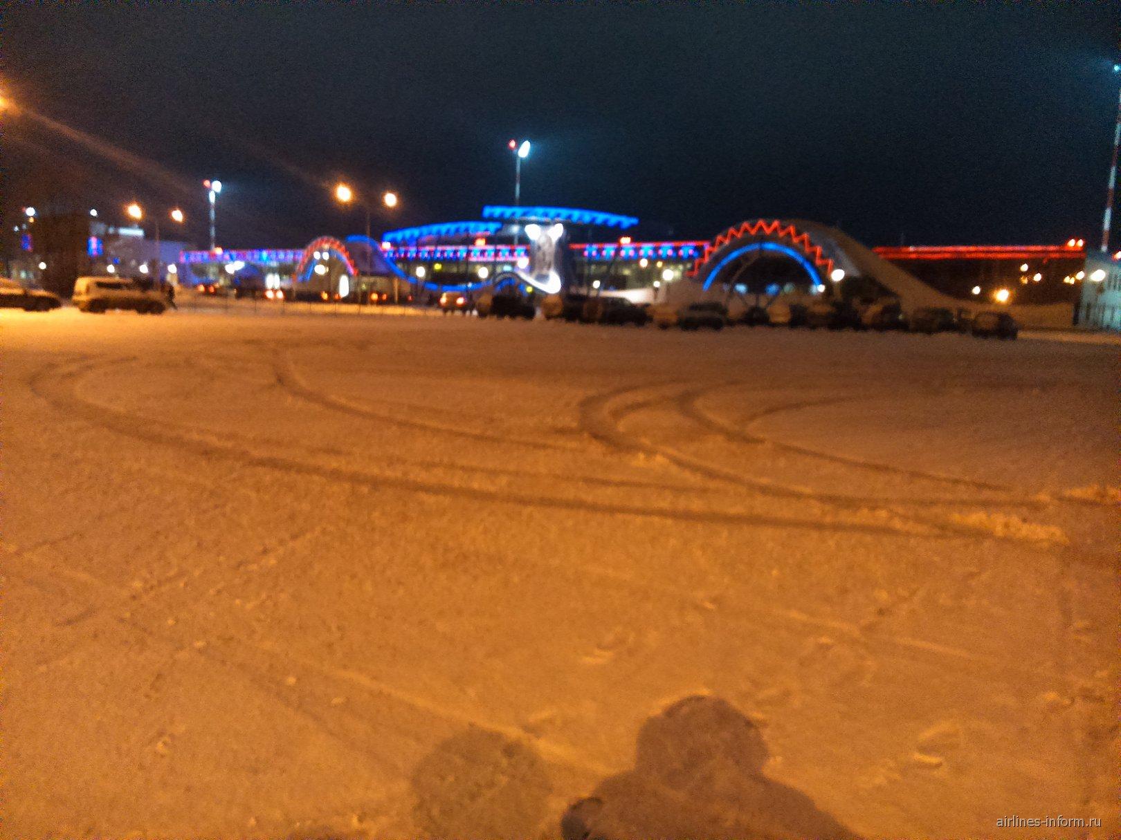 Аэропорт Сургут ночью