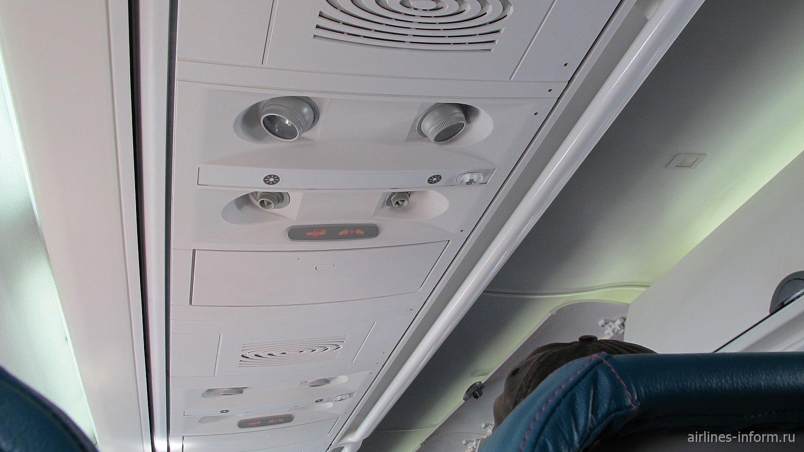 Панель над пассажирским креслом в самолете Боинг-717 Гавайских авиалиний
