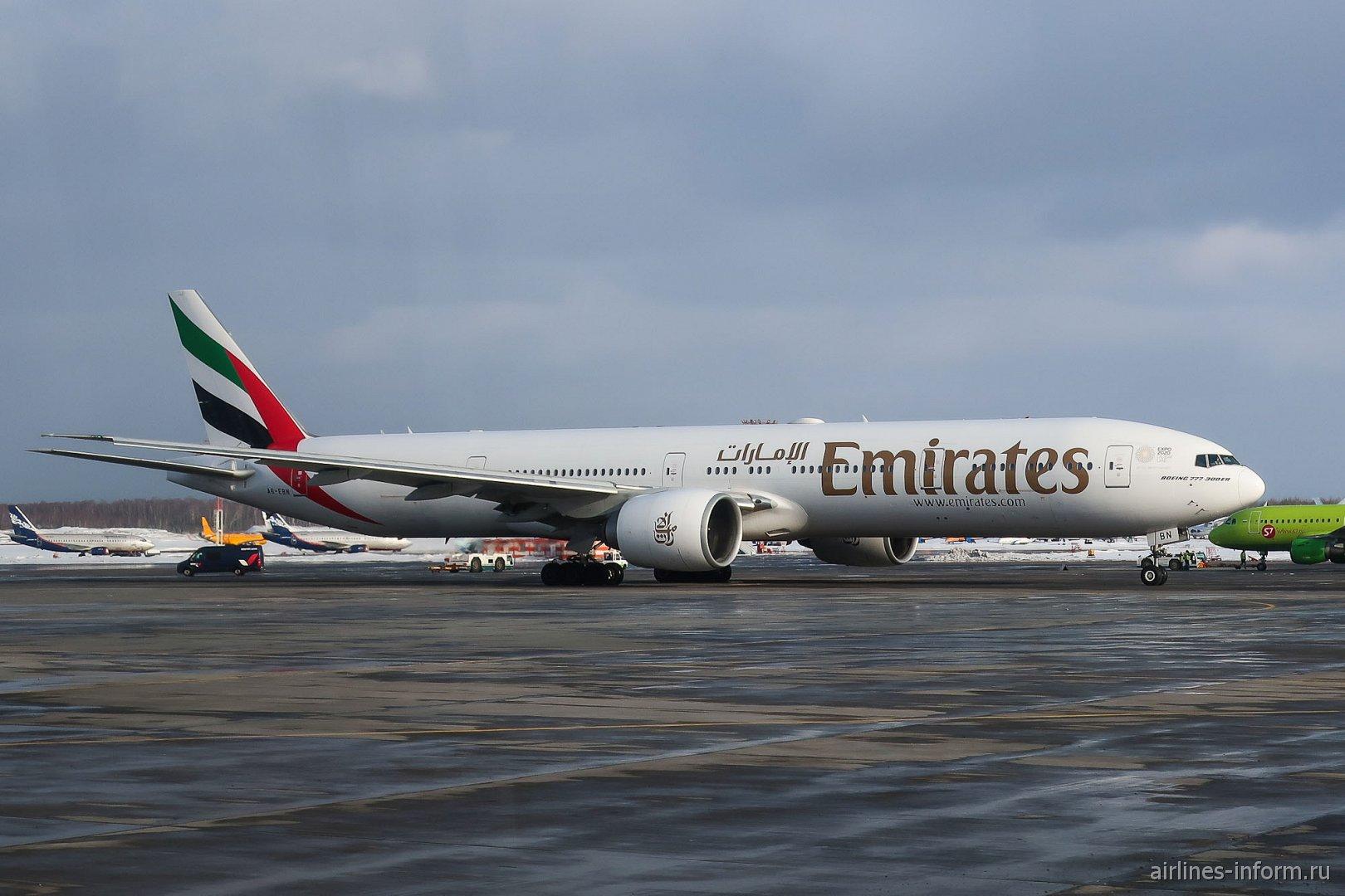 Боинг-777-300 авиакомпании Emirates в аэропорту Домодедово