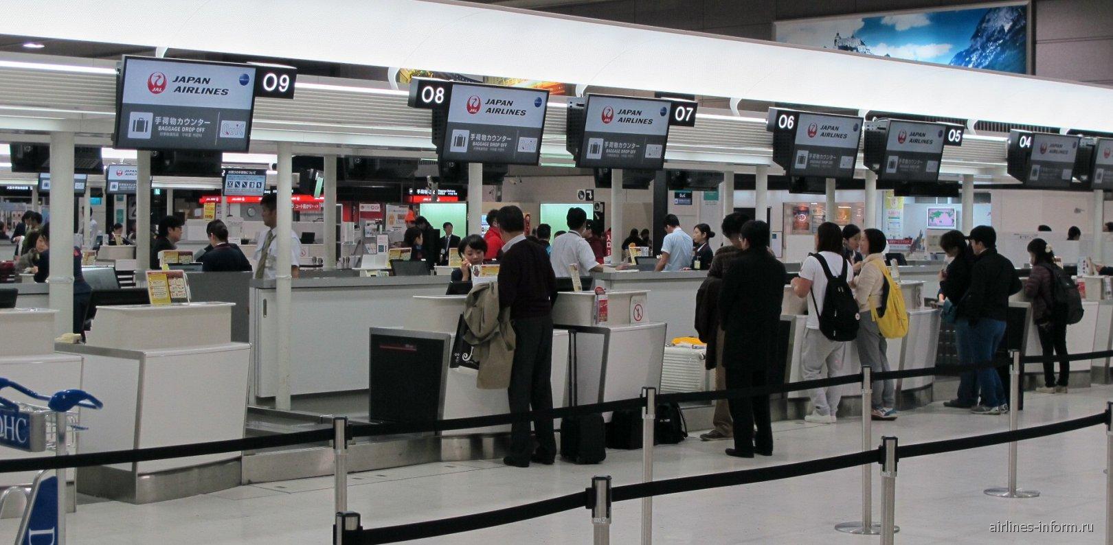 Стойки регистрации авиакомпании JAL в терминале 2 аэропорта Токио Нарита