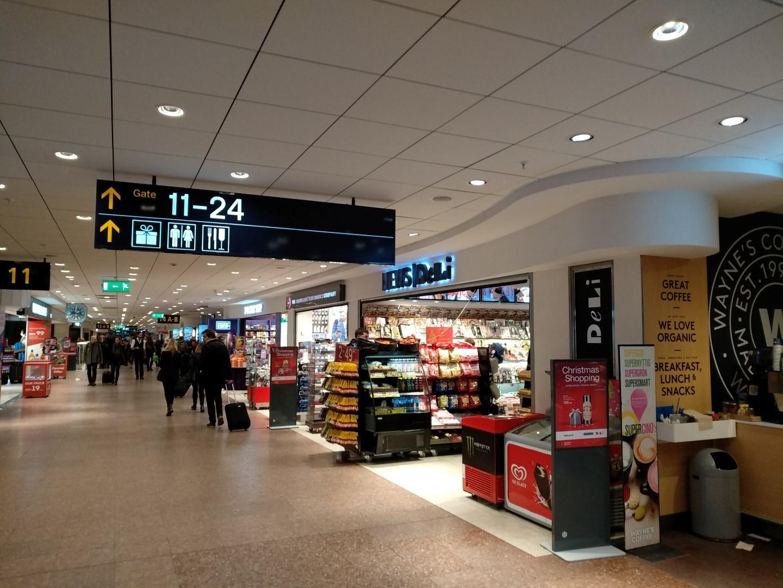 Торговая галерея в чистой зоне терминала 5 аэропорта Стокгольм Арланда