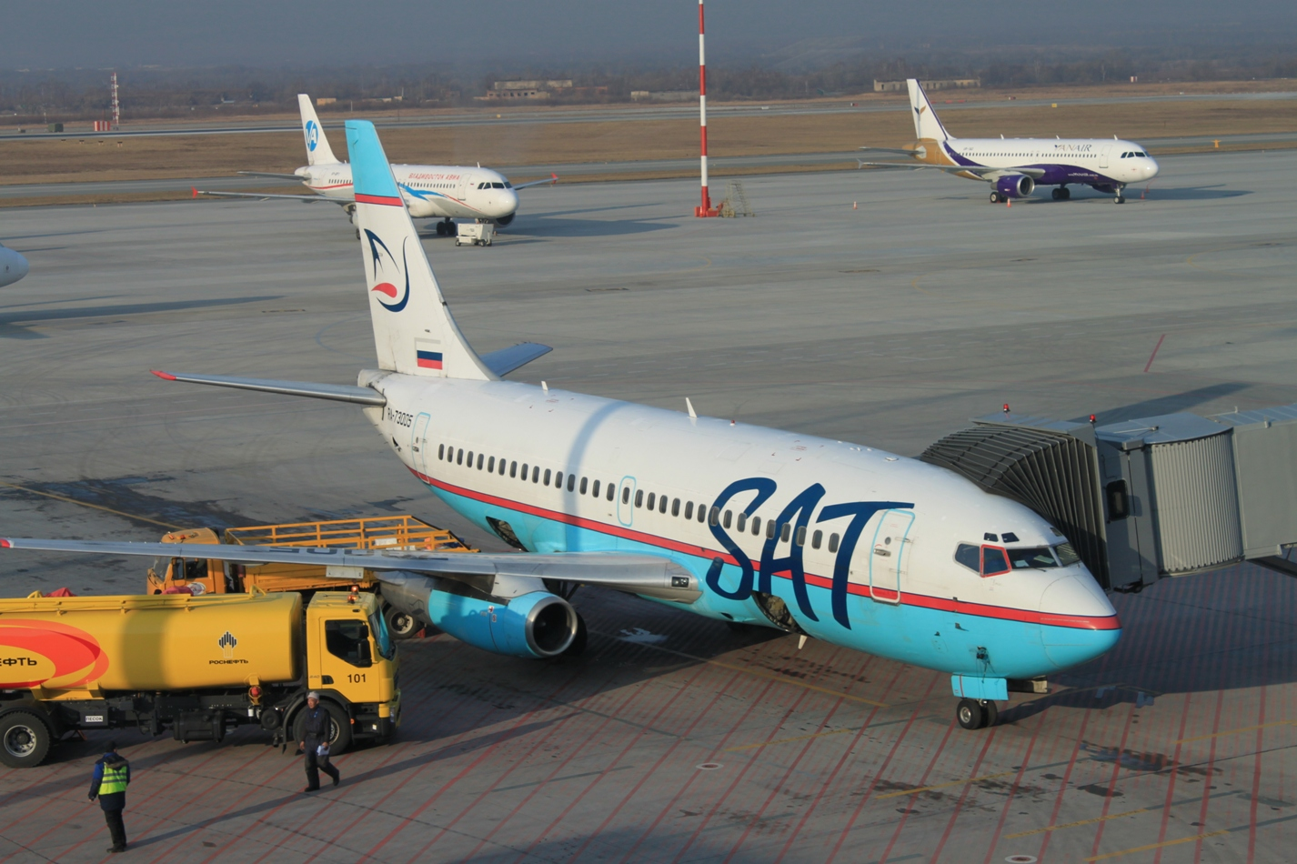 Боинг-737-200 Сахалинских авиатрасс в аэропорту Владивостока