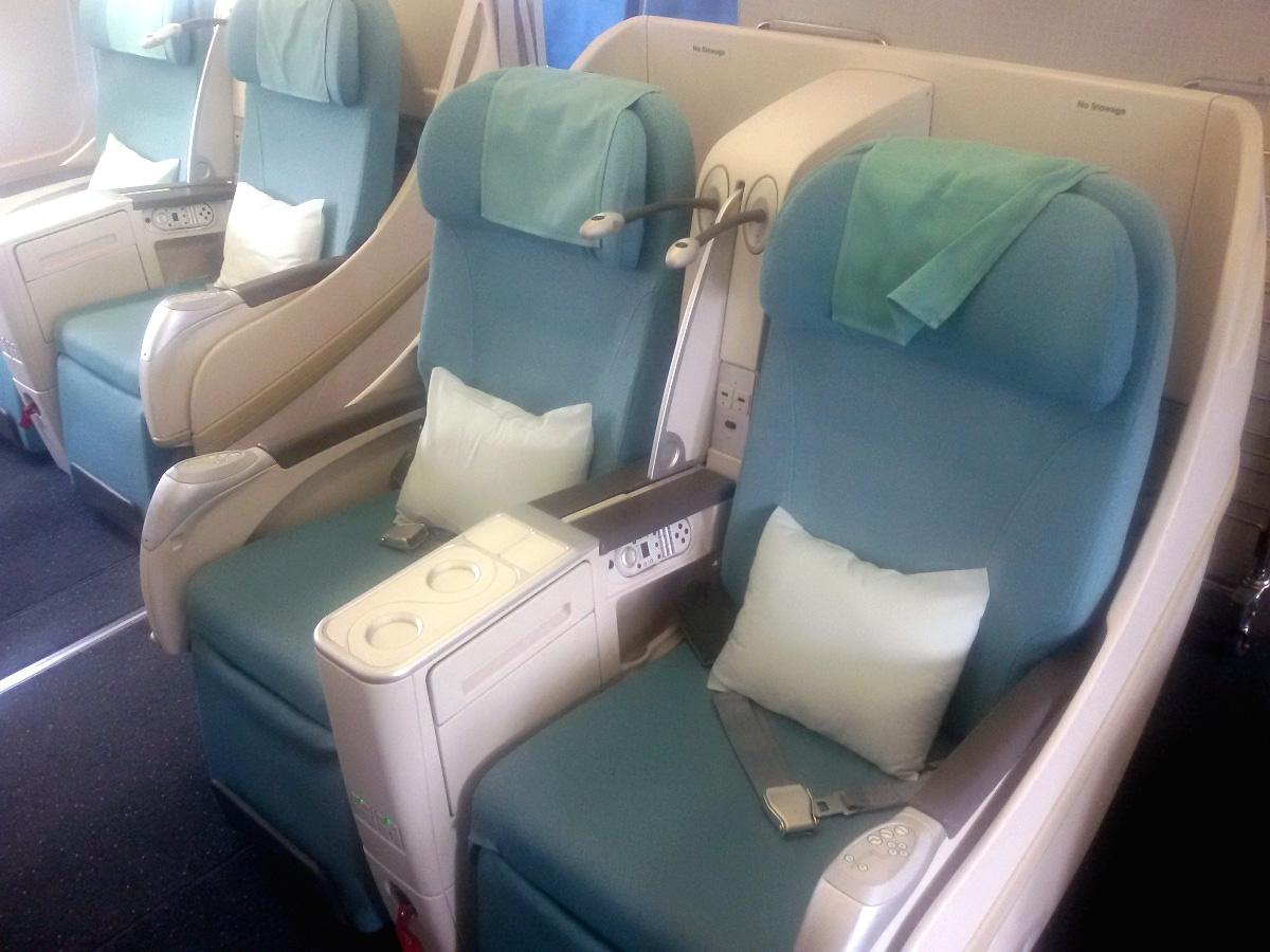 Кресла бизнес-класса в самолете Airbus A330-200 авиакомпании Korean Air