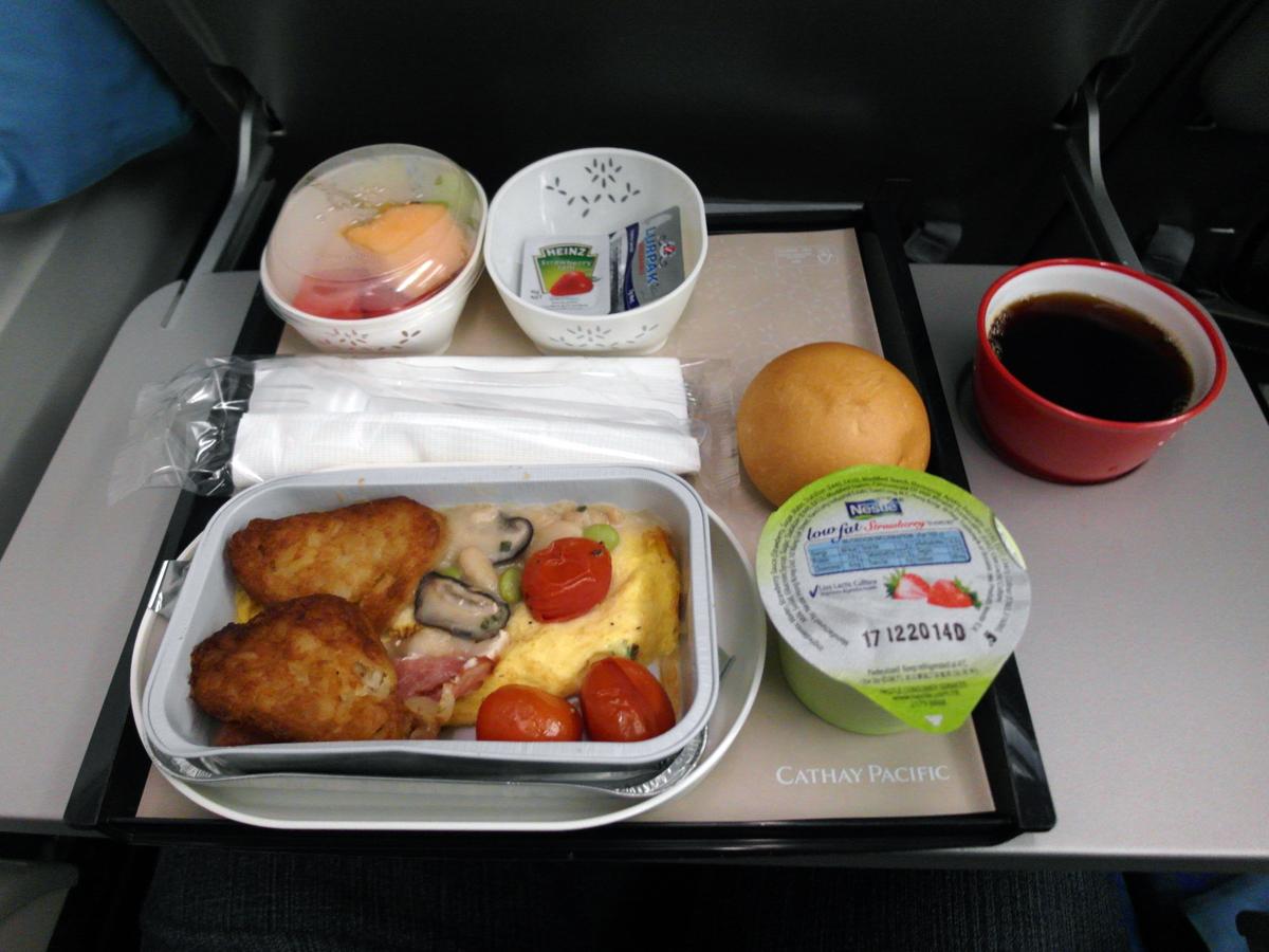 Завтрак на рейсе Гонконг-Москва авиакомпании Cathay Pacific
