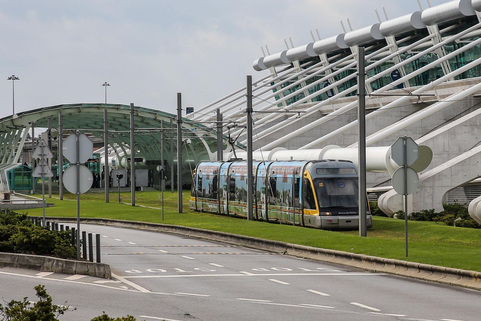 Трамвай из города Порту в аэропорт на остановке рядом с аэровокзалом