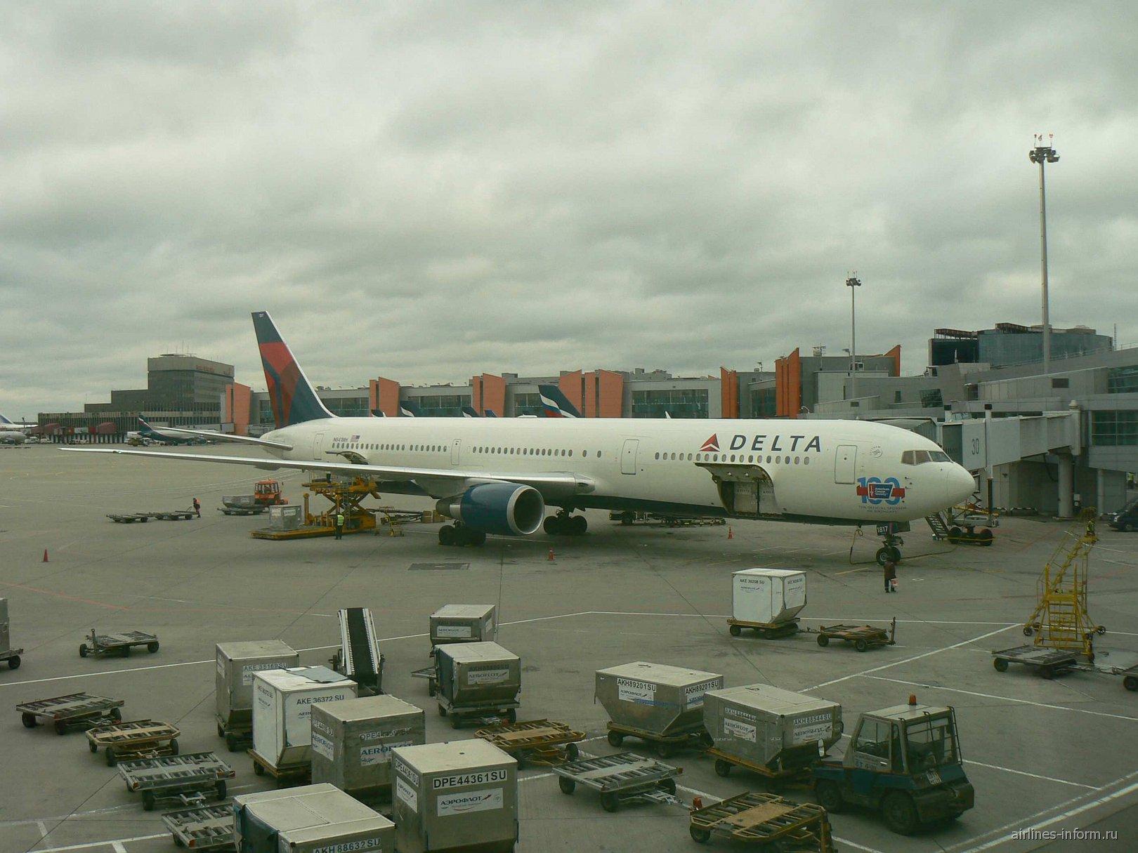 Боинг-767-400 авиакомпании Delta в аэропорту Шереметьево