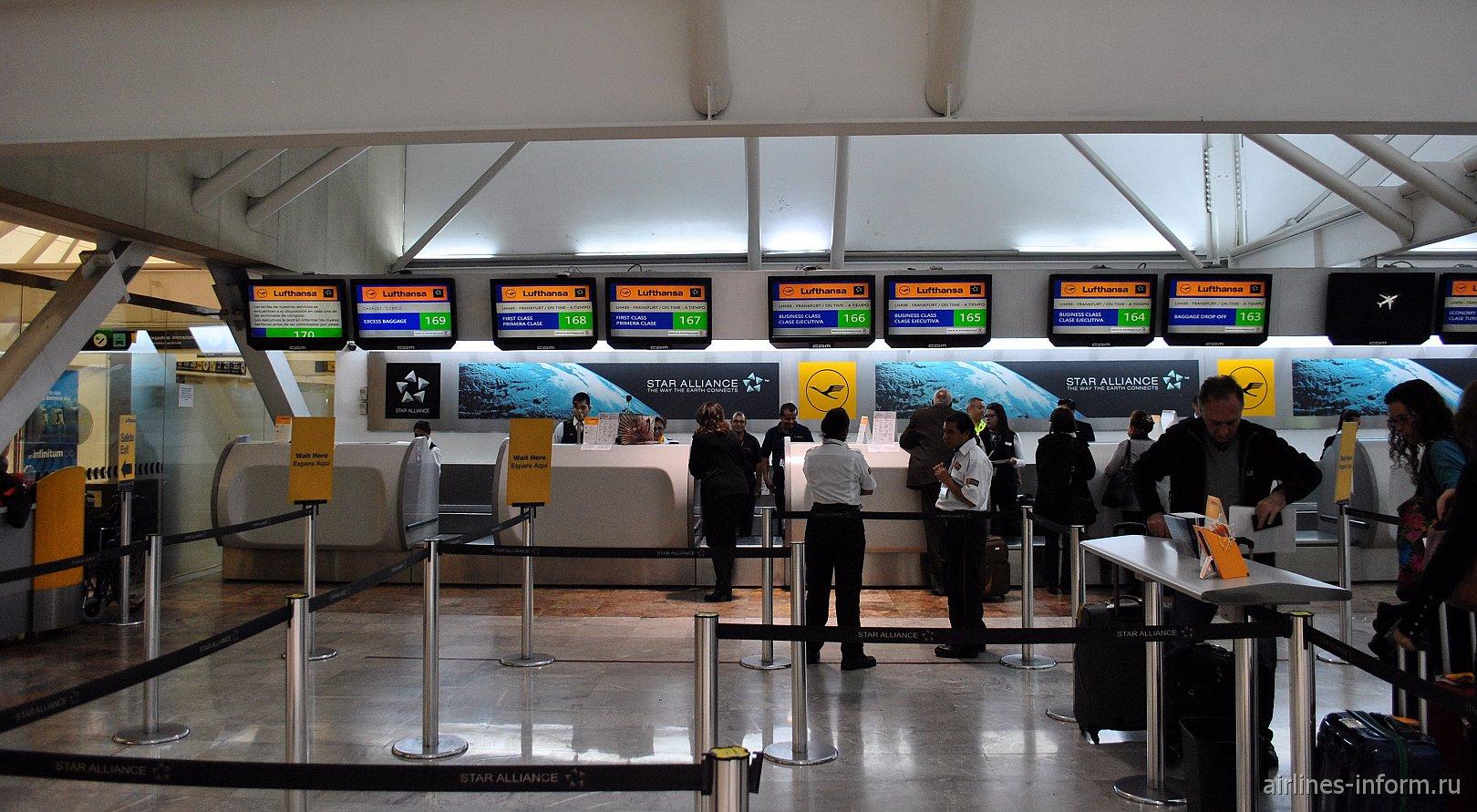 Стойки регистрации на рейсы авиакомпании Lufthansa в терминале Т1 аэропорта Мехико Бенито Хуарес