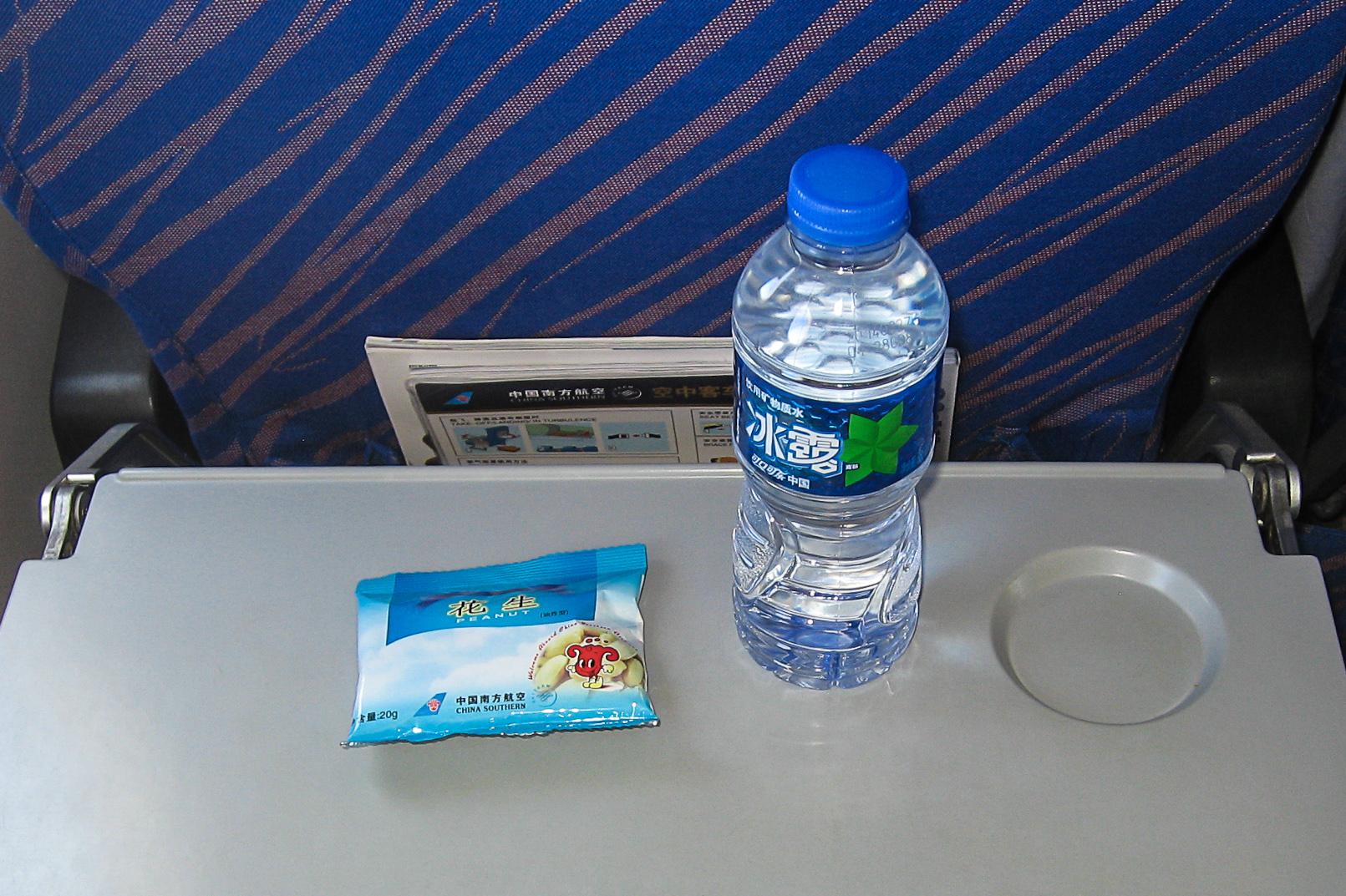 Орешки и бутылка воды на рейсе Гуанчжоу-Санья China Southern Airlines