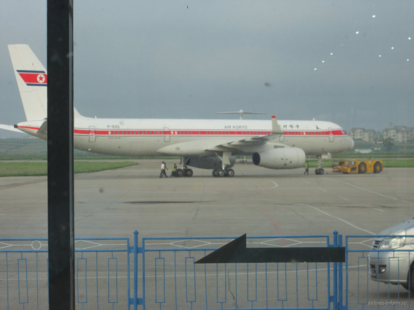 через неделю летим назад, наш борт из стерильной зоны аэропорта Пхеньян, терминал кстати старый и уже тогда был построен новый и современный....