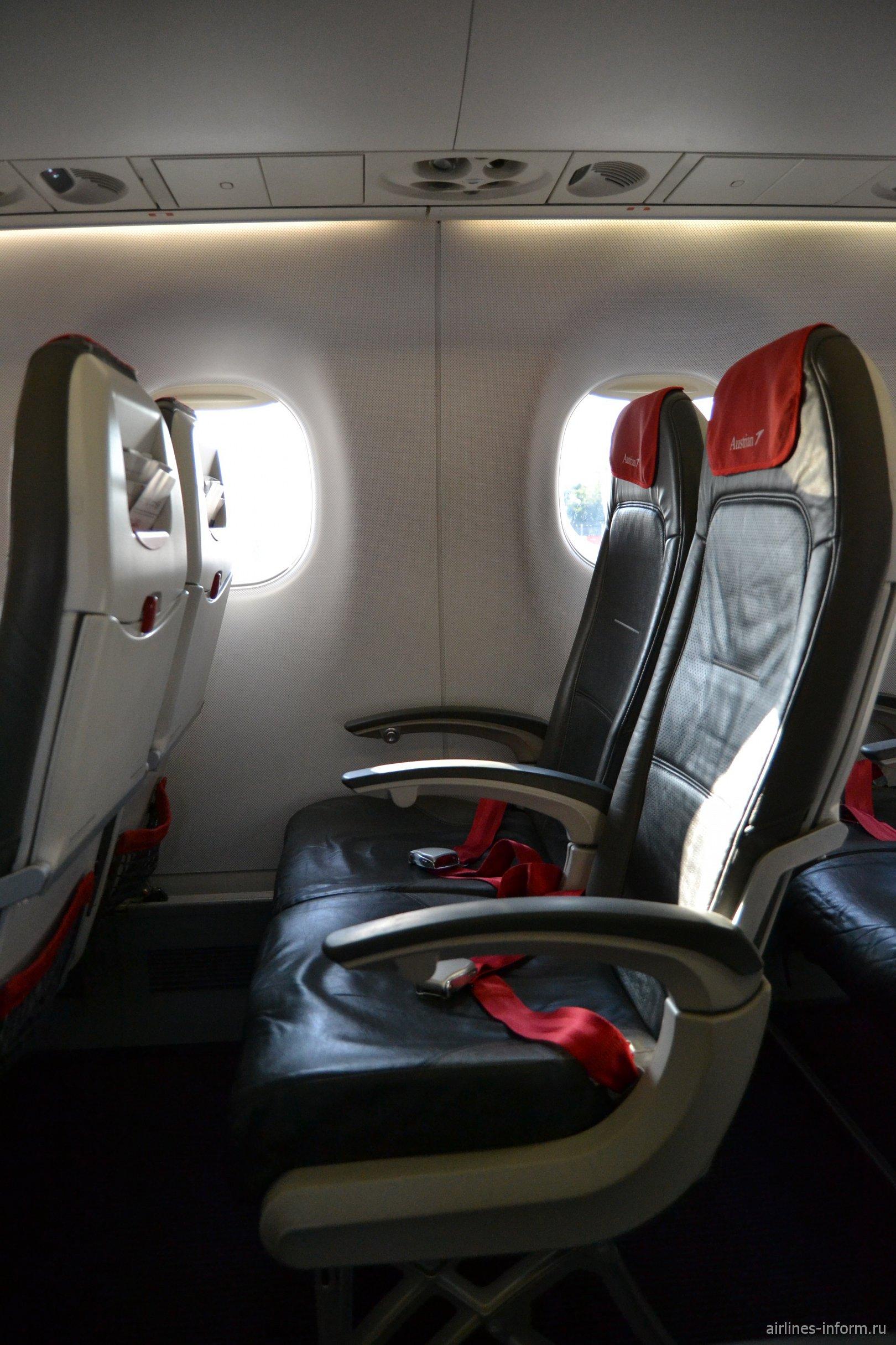 Пассажирские кресла в самолете Embraer 195 авиакомпании Austrian