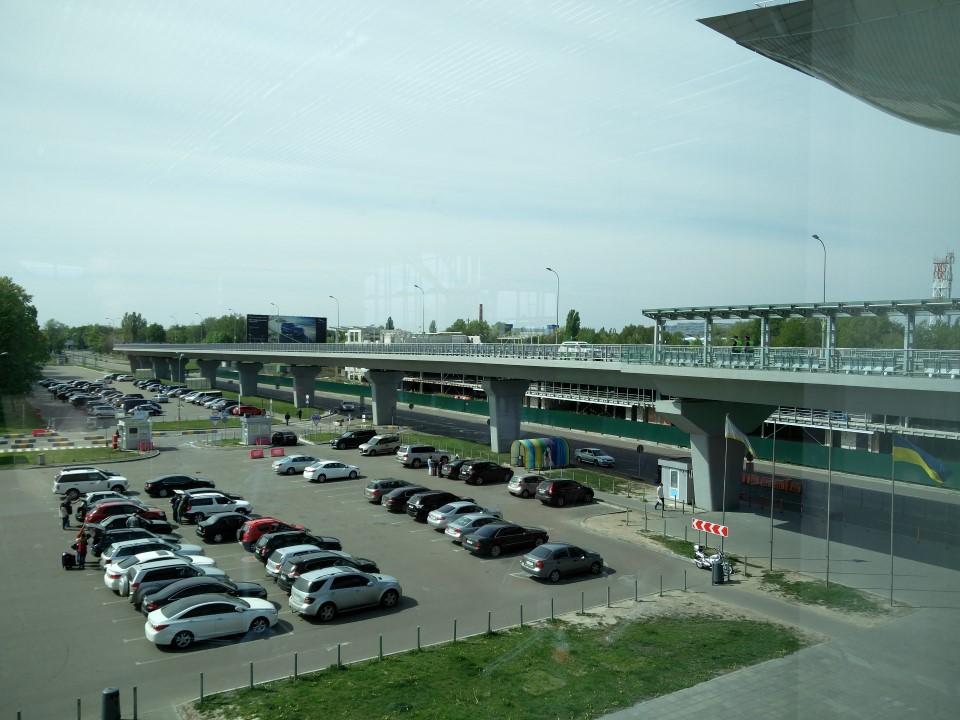 Автомобильная парковка у терминала D аэропорта Борисполь