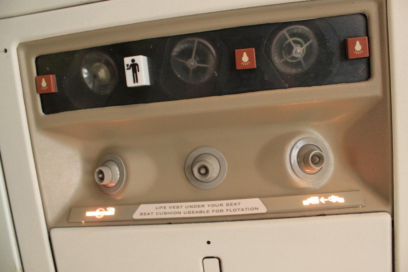 Салон самолета Боинг-737-200 Сахалинских авиатрасс