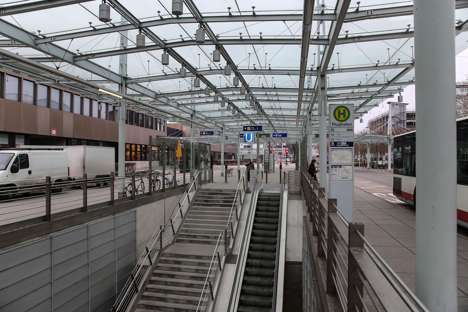 Вход на станцию метро в аэропорту Нюрнберг