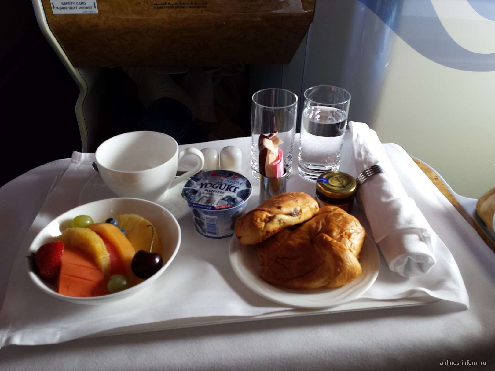 Завтрак в бизнес-классе на рейсе Дубай-Бангкок авиакомпании Emirates