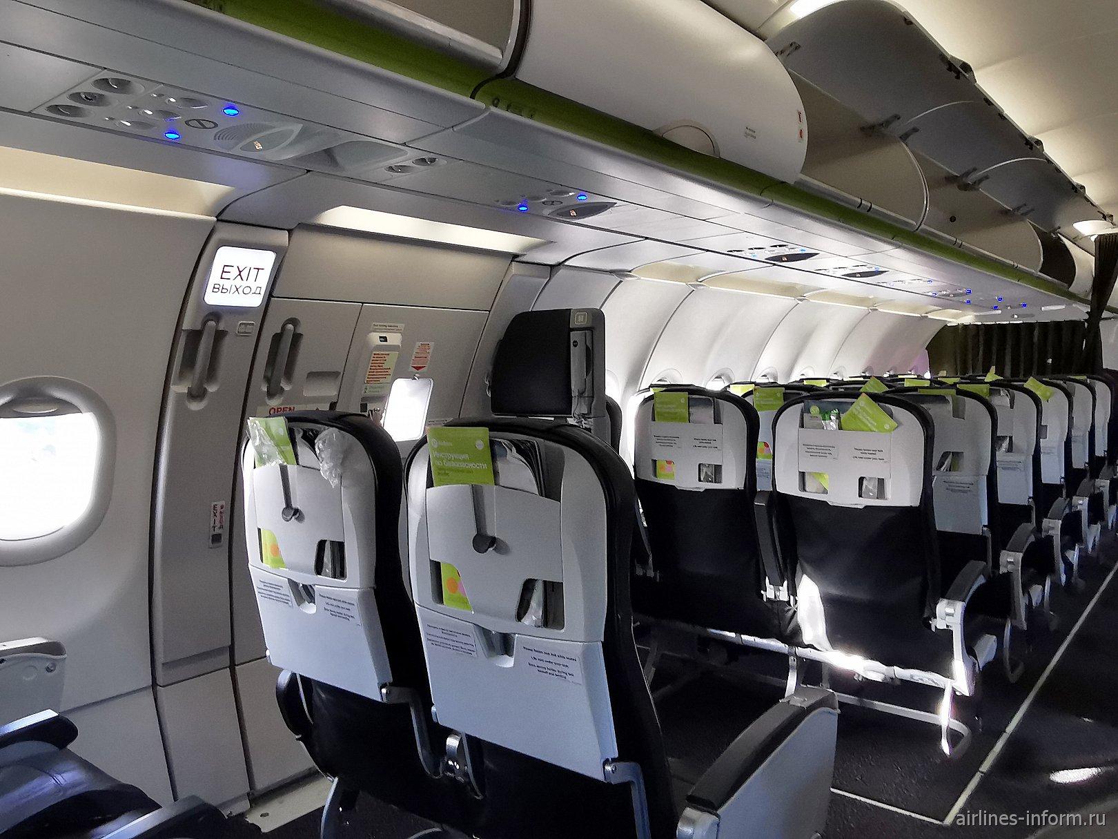 Пассажирский салон эконом-класса в авиалайнере Airbus A321neo авиакомпании S7 Airlines