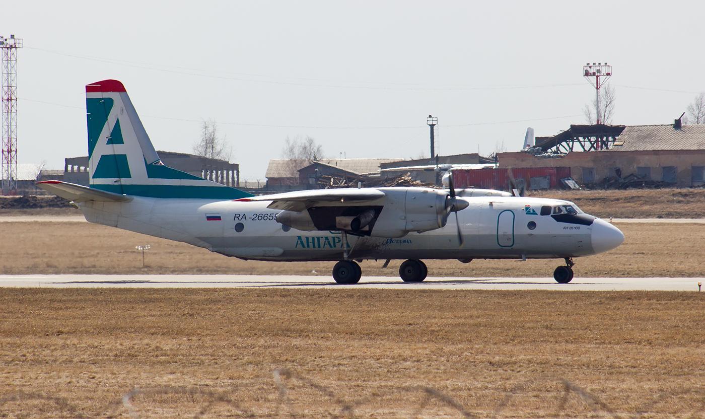 """Самолет Ан-26 авиакомпании """"Ангара"""" в аэропорту Иркутска"""