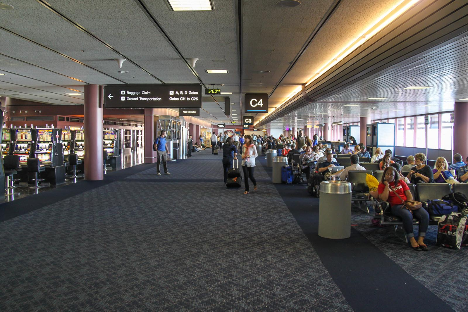 Зал ожидания в конкорсе С терминала 1 аэропорта Лас-Вегаса Мак-Каран