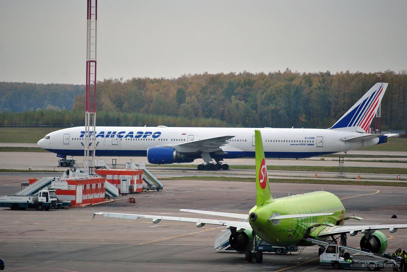 Самолет Боинг-777-300 EI-UNM авиакомпании Трансаэро в аэропорту Домодедово