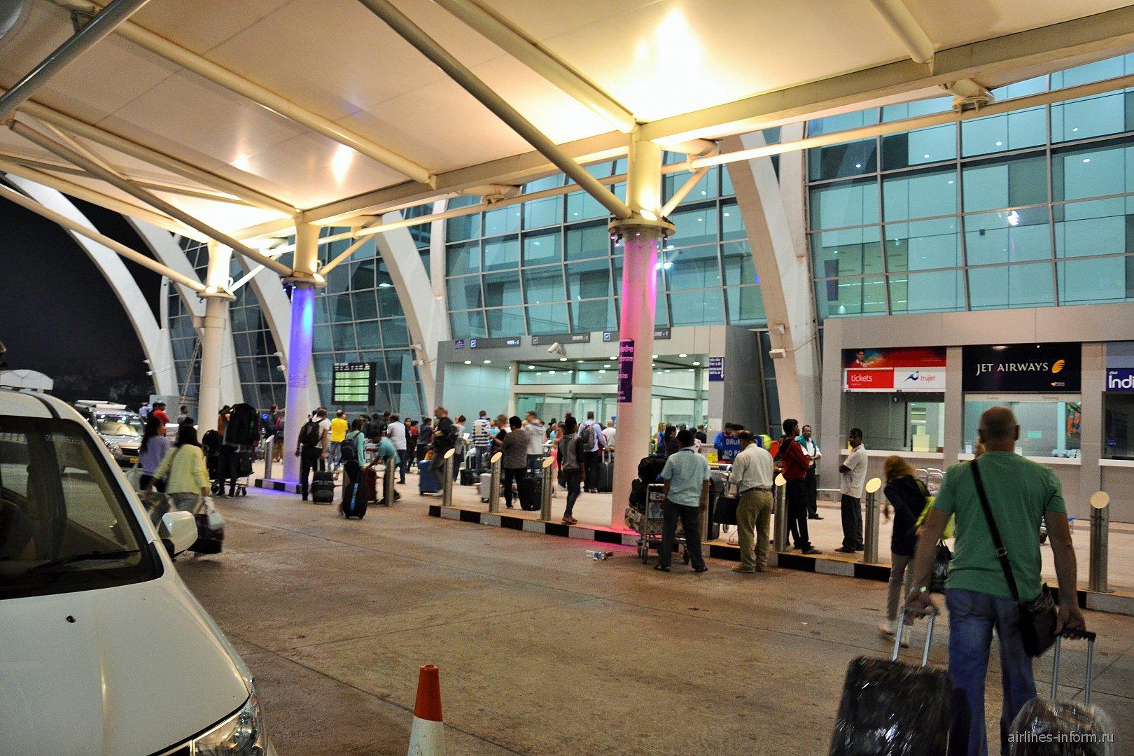 Вход в пассажирский терминал аэропорта Даболим