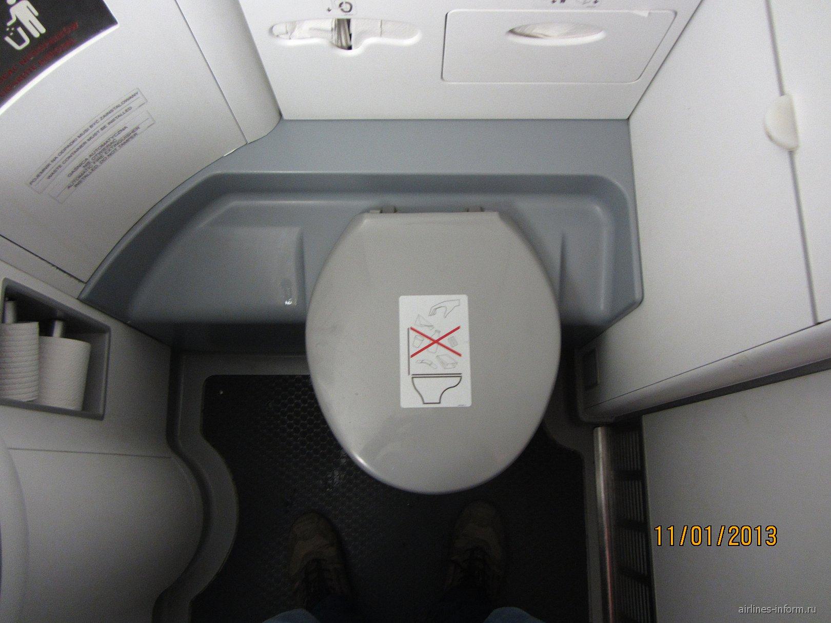 Туалет самолета Embraer 175 авиакомпании LOT
