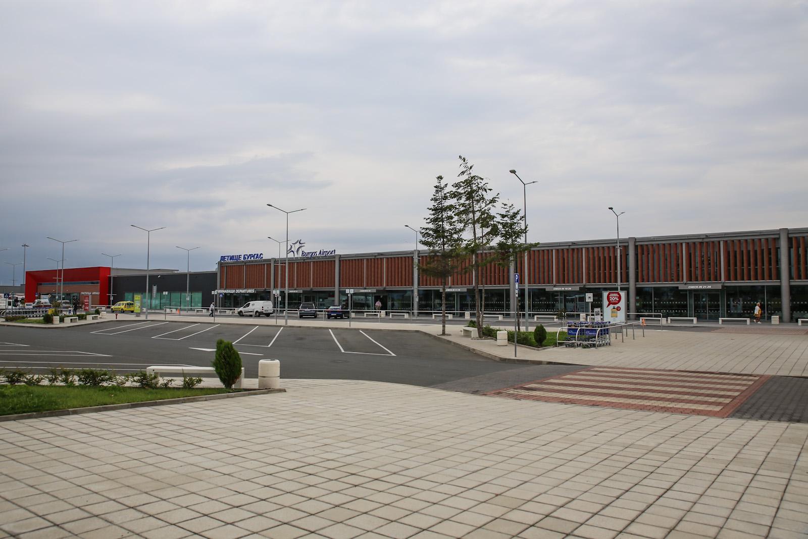 Новый пассажирский терминал аэропорта Бургас со стороны привокзальной площади