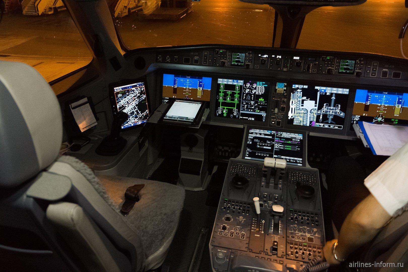 Пилотская кабина в самолете Bombardier CS300