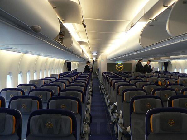 Пассажирский салон самолета Airbus A380 авиакомпании Lufthansa