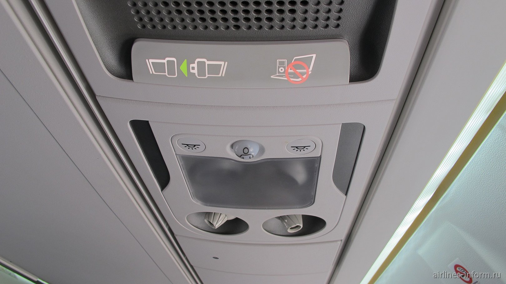 Панель над пассажирским креслом в самолете ATR 72-600