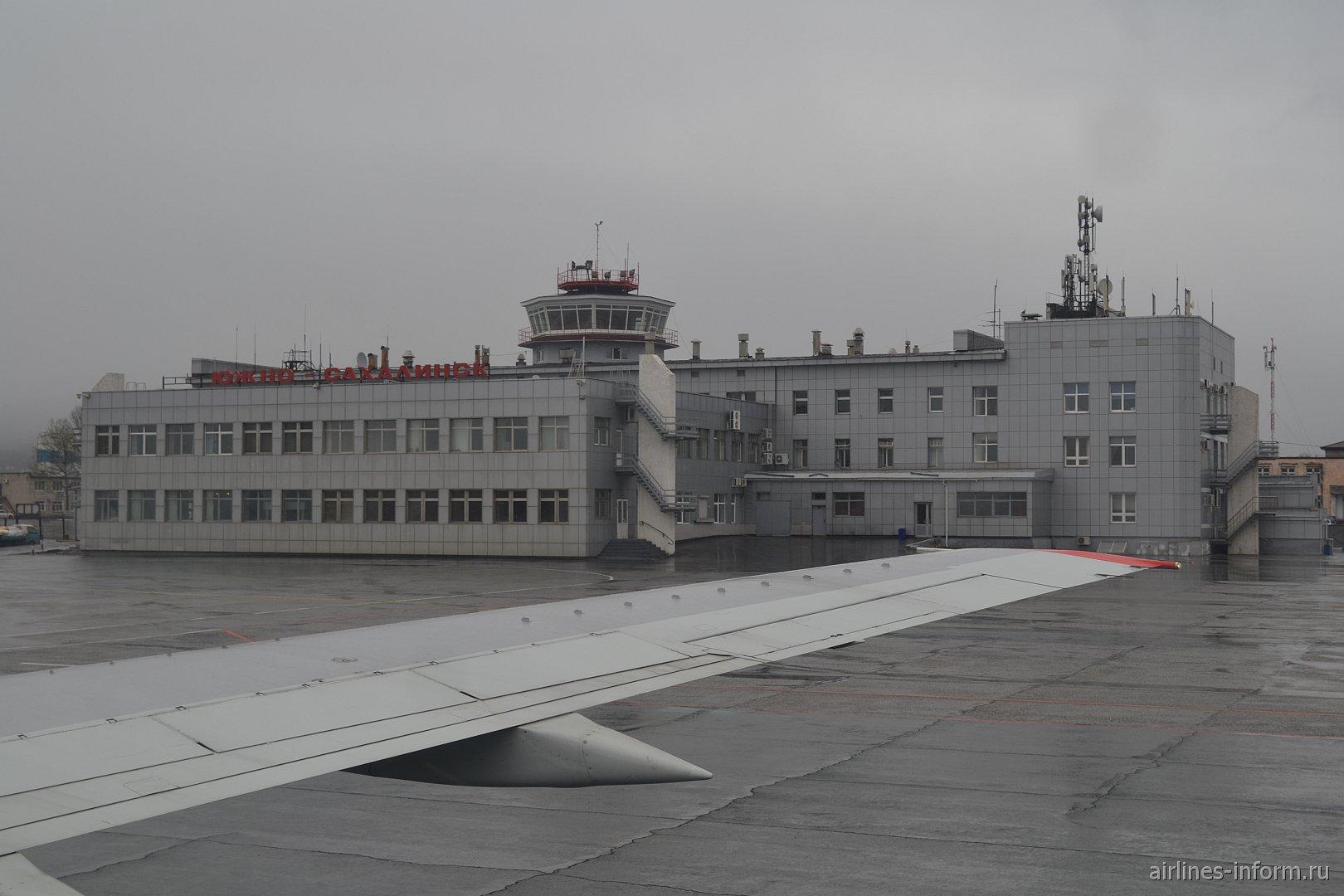Аэровокзал аэропорта Южно-Сахалинска со стороны летного поля