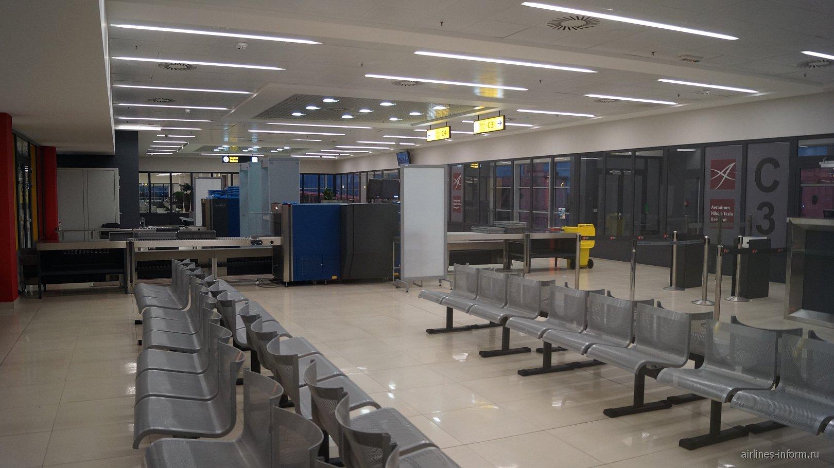 Накопитель перед выходом на посадку в терминале 2 аэропорта Белград Никола Тесла